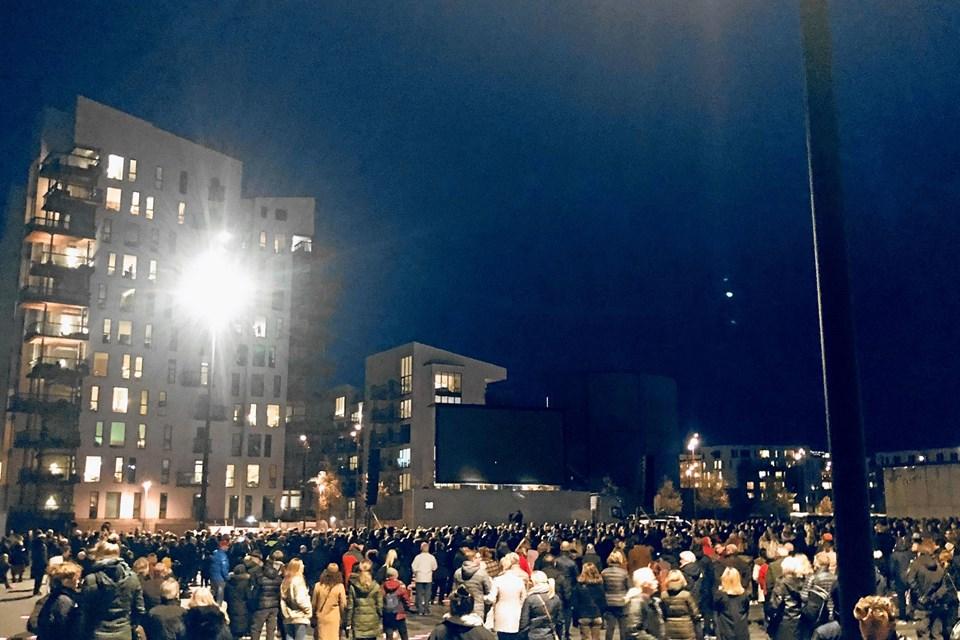På forhånd havde op mod 6000 tilkendegivet på Facebook, at de ville møde op på Musikkens Plads.