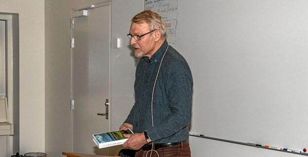Ove Korsgaard i gang med sit foredrag, som primært handler om hans familie 150 år tilbage og den udvikling Danmark har været igennem i perioden. Foto: Mogens Lynge