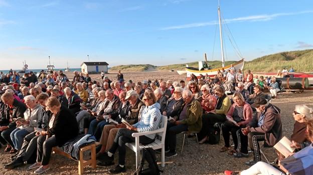 16. juli samlede Sange ved havet omkring 300 mennesker i solnedgangen foran Havbådehuset i Slettestrand til et veltilrettelagt program af Inger Lund Gregersen og Marianne Klausen. Foto: Ejgil Bodilsen