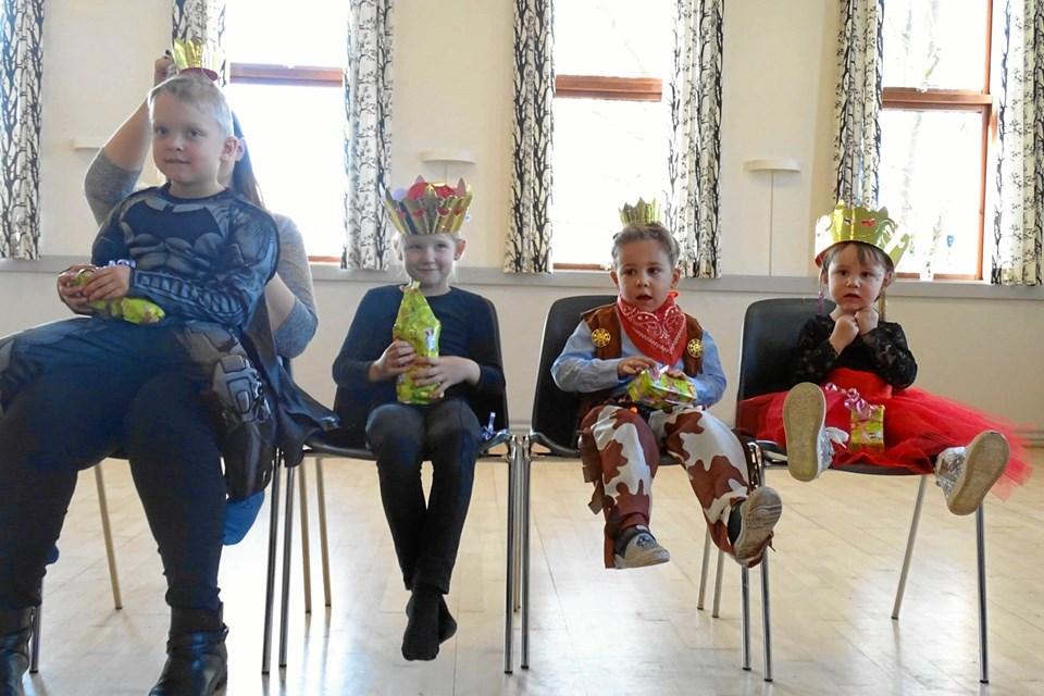 Dronninger og prinser på rad og række i Stenild. Privatfoto