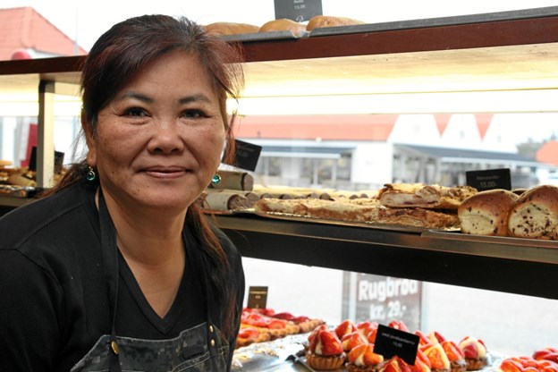 Anne Kristensen (Noo) fra Blokhus Bageri & Café kan virkelig godt mærke at der er kommet mange flere helårs turister. Foto: Flemming Dahl Jensen