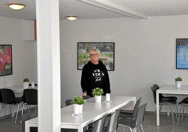 Laila står inde i det nyrestaurerede forsamlingslokale, som allerede er meget populært med sit lille anretterkøkken og i øvrigt flotte udseende. Der er allerede familier, som har boet i hytterne og holdt en stor familiefest her med mad fra Møllehuset. Foto: Ole Torp
