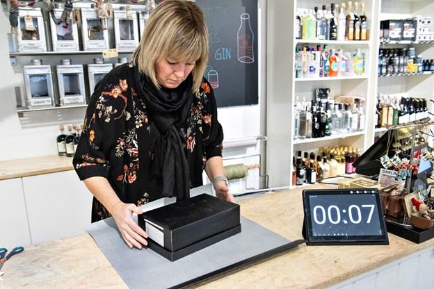 Klar, parat ... PAK IND. Butiksejer Christina Blach sender butikken ind i konkurrencen i højt tempo.