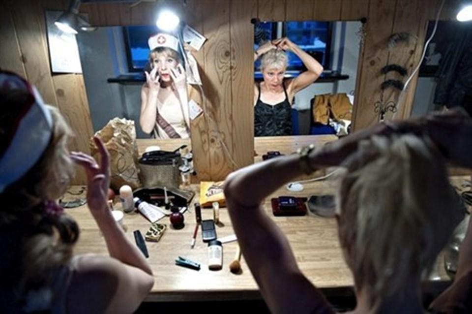 Kvindeligheden fornægter sig ikke. Anne Stecher og Susse Bygge Wortmann gør sig klar.