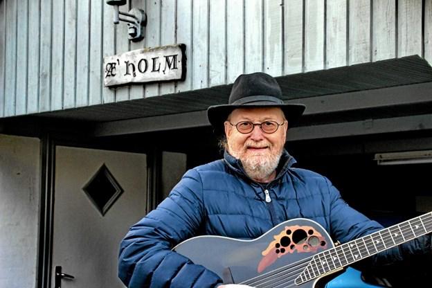 """Æ' Holm er i sit """"S"""" når han har guitaren i hænderne. Foto: Hans B. Henriksen Hans B. Henriksen"""