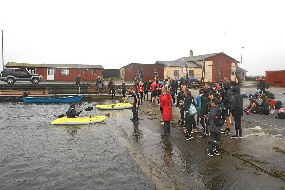 Der var konkurrencer både på og i vandet, og trods regn og kulde kastede de seje elever sig ud i det hele.