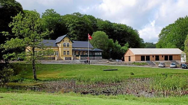 Den nye Staklade med tilhørende anretterkøkken og offentlige toiletter er indpasset smukt i omgivelserne og i forhold til Tolne Skovpavillon. Foto: Niels Helver