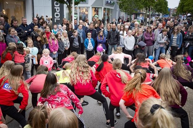 Dansere fra Art of Dance samt Cirkus Suni, folkedansere, linedancere og crossdancere vil skabe masser af liv og underholdning i byens gader. Arkivfoto: Kim Dahl Hansen