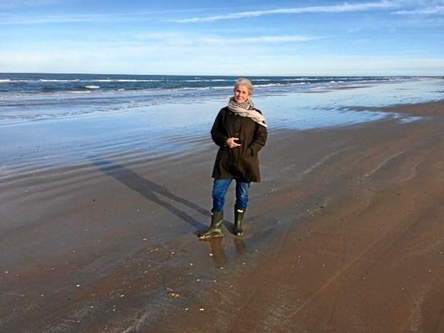 Sigrid Skovrider er præsident for Sæby Inner Wheel. Hér får hun håret blæst igennem ved Kjul Strand, hvor hun elsker at gå ture. Privatfoto.