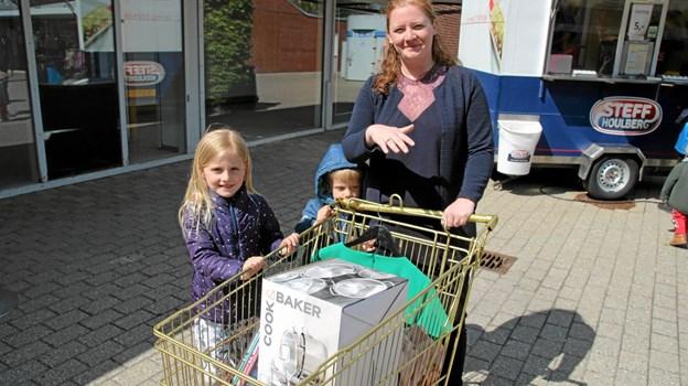 Den heldige og meget dygtige vinder Mia Stubberup sammen med børnene Aya og Philip sammen med guldvognen som indholdt hele 9 ting. Flemming Dahl Jensen