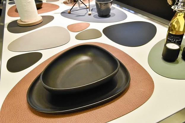 Mange af tingene er udstillet på borde i butikken. Her ses der særlige form, som går igen i mange af ringene.Foto: Ole Iversen