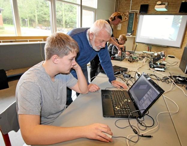 Nikolas Borg Graven arbejder med at programmere til 3D printer. Han får hjælp af lærer Bjarne Albøge. Foto: Jørgen Ingvardsen Jørgen Ingvardsen