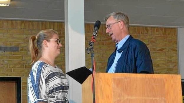 Natasja Hørup modtog Amalie-legatet - som påskønnelse for hendes særlige indsats for at inddrage alle pigerne i fællesskabet - af direktør i Beauté Pacifique, Flemming K. Christensen. Foto: privat.
