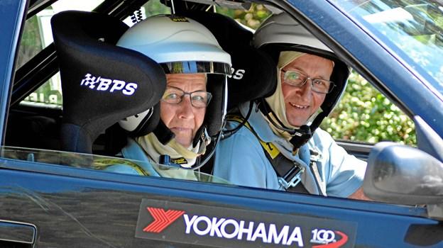 Niels og Inger Bjerre præsterer flot rallytempo i deres Peugeot 306. Privatfoto