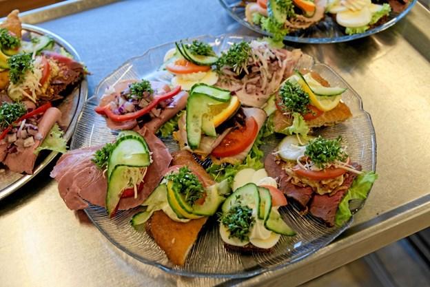 Efter der var ønsket godt nytår, blev der serveret smørrebrød fra SuperBrugsen i Sindal. Foto: Niels Helver