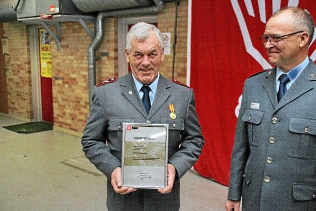 Knud Erik Konge viser her diplomet mens områdeleder Bjarne Nørgaard ser til. Foto: Hans B. Henriksen Hans B. Henriksen
