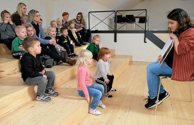 Bibliotekar Maria Nørlund Marzban læser historier om pandekager. Foto: Niels Helver Niels Helver