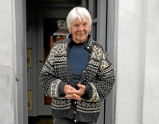 Ragnhild Kjølberg i døren til Dorf gamle Skole, hvor hun i 30 år har afholdt kammerkoncerter.Foto: Jørgen Ingvardsen Jørgen Ingvardsen