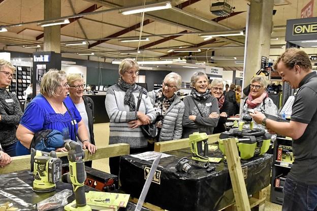 Fra boremaskine, over save og til støvsuger - de mange kvinder fik en aha-oplevelse i værktøjsafdelingen.