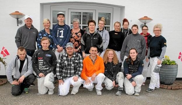 17 medarbejdere i Alex E. Thomsens malerfirma.  Foto: Flemming Dahl Jensen Flemming Dahl Jensen