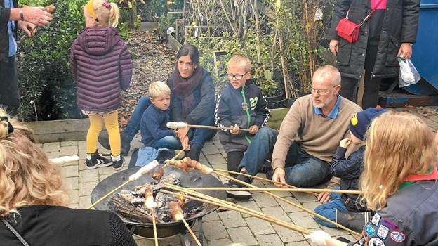 Mens publikum ventede på at komme græskarrene, havde Sæbygaard-gruppens spejdere sørget for, at alle kunne bage snobrød.