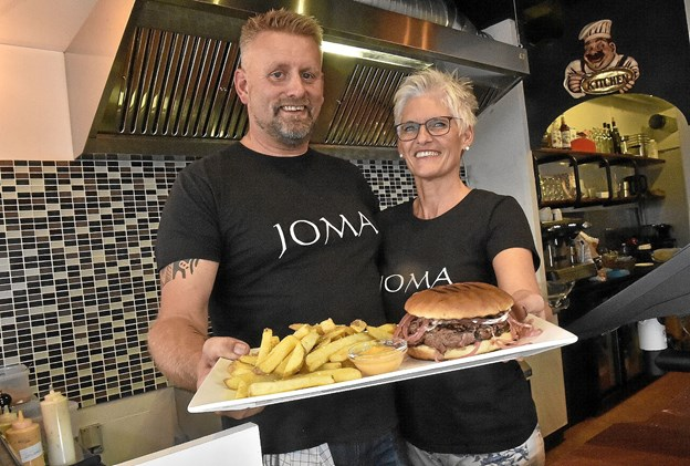 Joe Uldahl og Mai Kerstens er nu klar til at servere saftige hjemmelavede burgere til JOMA Burgerbars kunder. Alle serveres med gode pommes frites. Foto: Ole Iversen
