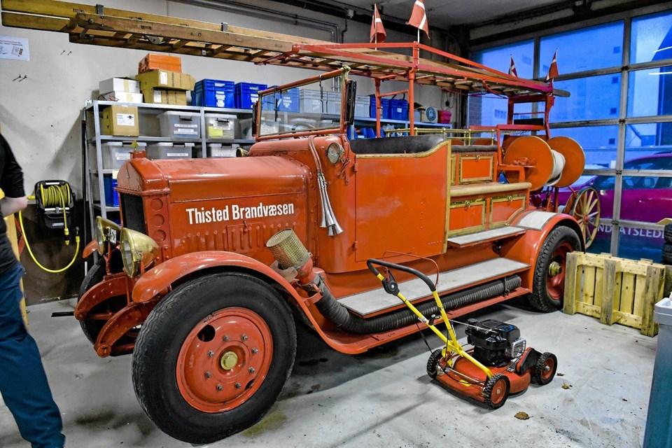 Den gamle brandbil fra 1923 og den røde plæneklipper skal også flyttes til den nye brandstation. Ole Iversen