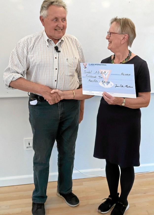 Børge Kallehauge overrækker en check på 40.000 kroner til frivilligkoordinator Inger Larsen fra Kamillus Hjørring. Privatfoto