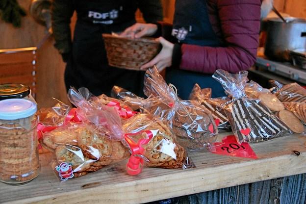 Er man glad for lækkert julebag så var der muligheder for at købe bl.a. pebernødder, brunkager, kiksekage, klejner etc. hos FDF. Foto: Hans B. Henriksen Hans B. Henriksen