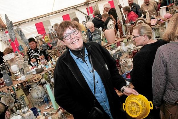 Kredsleder Anne Marie Slotved, havde travlt med at betjene kunderne i teltet med porcelæn. Foto: Peter Jørgensen Peter Jørgensen
