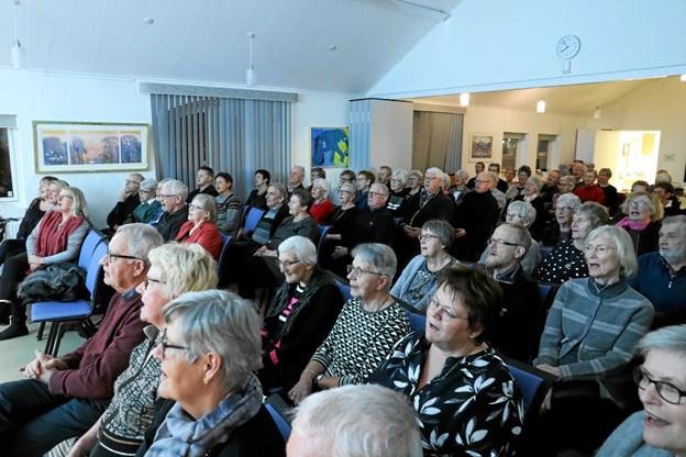 Omkring 70 sangglade tilhørere var på plads. Foto: Allan Mortensen