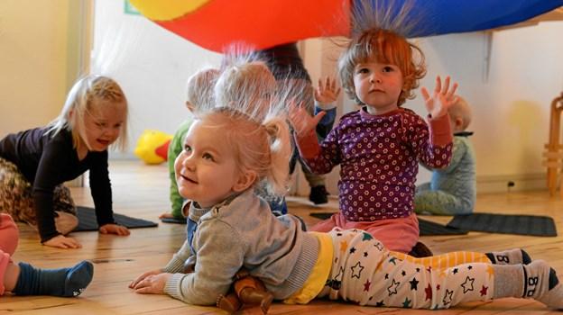 Musik skaber et ganske særligt rum for fællesskab, leg og ligværd mellem børn. Her leger vuggestuebørn i Børnehuset Videbechs Minde, Viborg, med musik. FOTO KULTURPINSEN