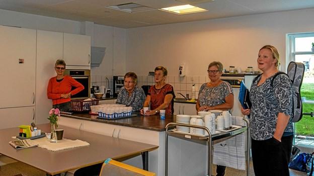 Bøgely's venner var som sædvanligt mødt op og hjalp med kaffen efter forestillingen. Foto: Mogens Lynge