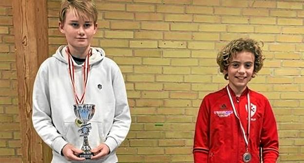 Victor Christensen fra LKB-Gistrup (th) vandt en sølvmedalje i herresinglen i rækken U11 C ved Aalborgmesterskaberne. Privatfoto