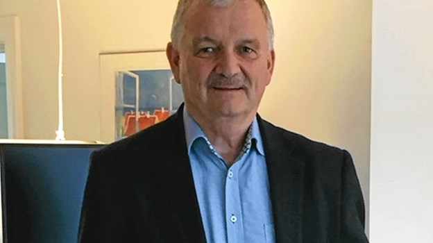 En stolt Carsten Bech med det synlige bevis på at være den bedst sælgende lokale ejendomsmægler. Foto: Privat