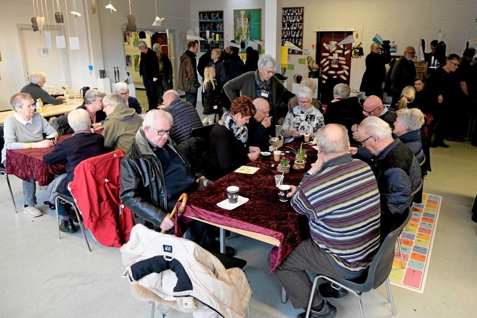 De besøgende forfrisker sig med kaffe og kager fra de velforsynede cafeer, hvor der også kan købes amerikansk lotteri med fine præmier. Foto: Niels Helver Niels Helver