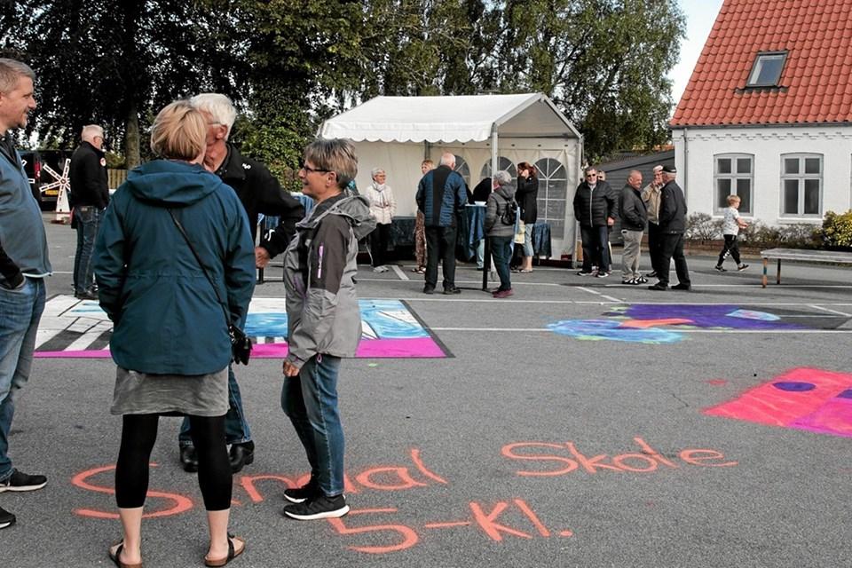 Hjørring Kommune havde sat fokus på klimaet og 5. klasse fra Sindal Skole havde i den forbindelse lavet flotte tegninger på torvet. Foto: Peter Jørgensen Peter Jørgensen