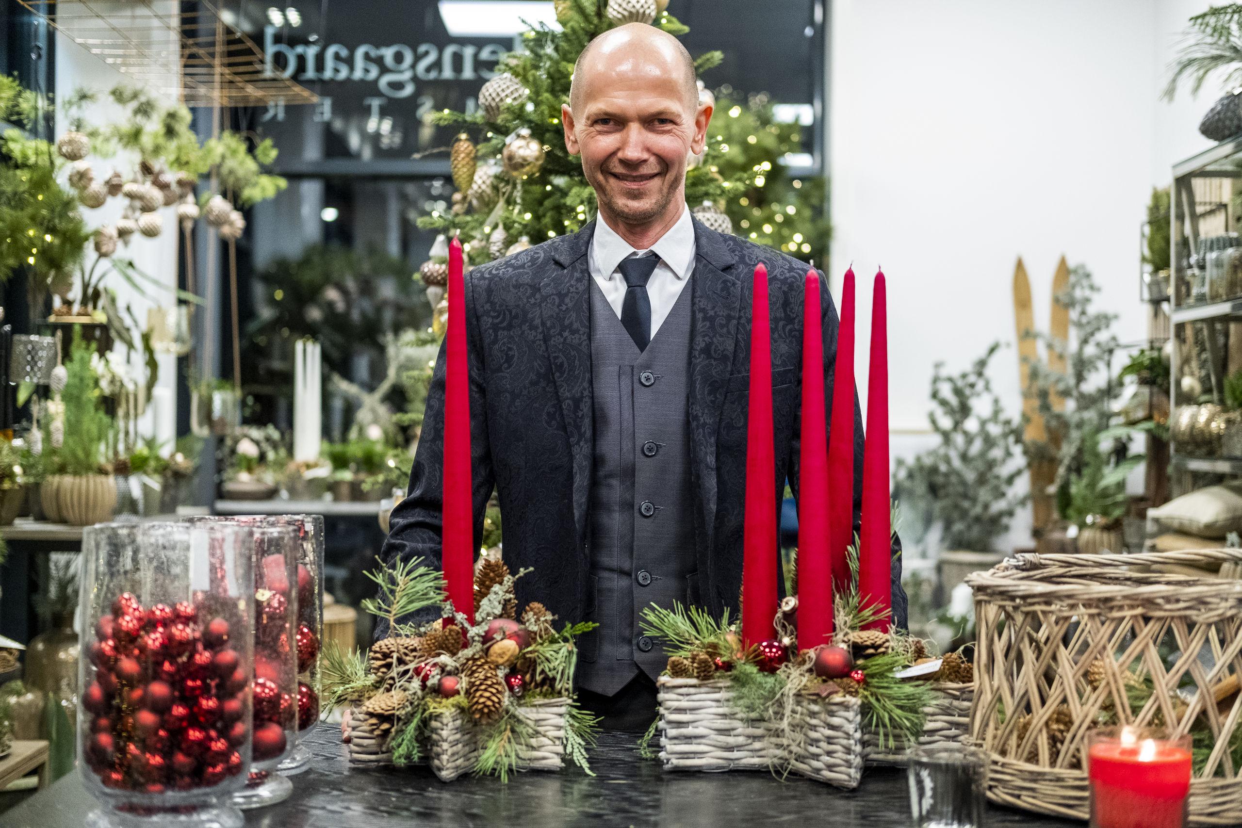 Blomsterhandler Henrik Holdensgaard med det færdige resultat. Foto: Lasse Sand