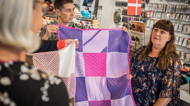 Dorthe Nielsen (th.) var meget glad for, at hendes kunder har doneret strikkede lapper til Mødrehjælpen, som nu har unikke tæpper til deres startpakker.Foto: Martin Damgård