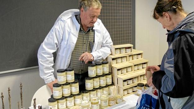 Biavler Svend Hjorth havde medbragt fem forskellige typer honning. Foto: Niels Helver Niels Helver