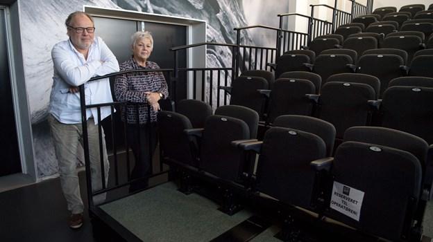 Skagen Bio genåbner 10. december med helt nye stole og leder af Kulturhus Kappelborg Lars Illum og formand for Skagen Bio Kirsten Leth glæder sig.  Foto: Henrik Louis