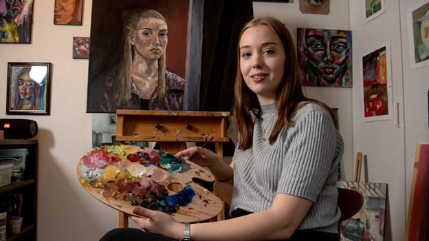 Stine Wiggers med det selvportræt, som blev hendes adgangsbillet til Danmarks Bedste Portrætmaler.Foto: Henrik Louis HENRIK LOUIS