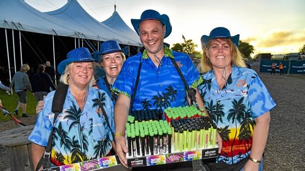 """""""Rørende"""" billige drinks gik som varmt brød: fra venstre Trine Oddershede, Lotte Weeje, Brian Lindemann og Hanne Madsen. Foto: Ole Iversen"""