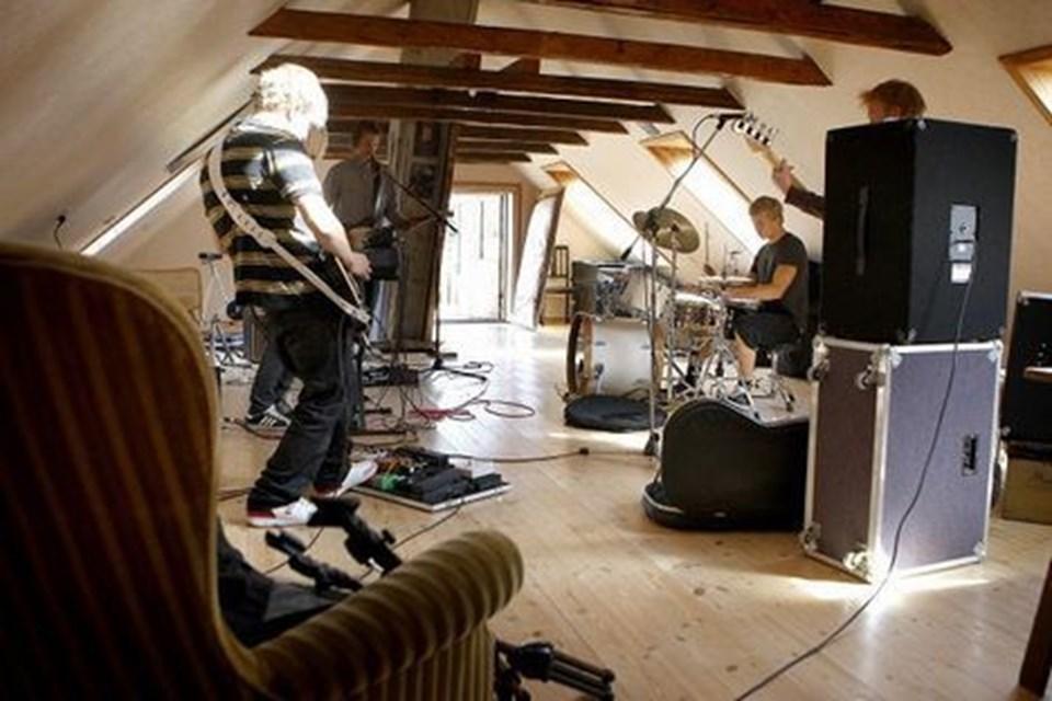 De fem bandmedlemmer er afhængige af musik. – Det gir et kick at spille sine egne numre. Derfor er det også vigtigt at have fed lyd og ordentligt udstyr. Det skal ikke gøres halvt, forklarer Miamidrengene.