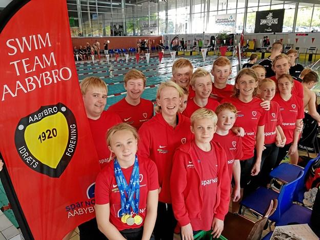 14 svømmere og cheftræner Stefan Stenberg kunne tage tilfredse fra stævnet. Privatfoto
