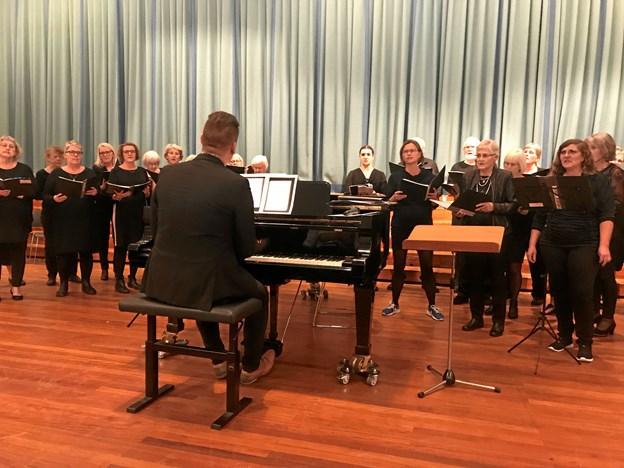 Hadsund Koret er med i Spil Dansk uge onsdag 31. oktober, hvor de håber at kunne fylde Hadsund Kirke med sangglade mennesker. Foto: privat.