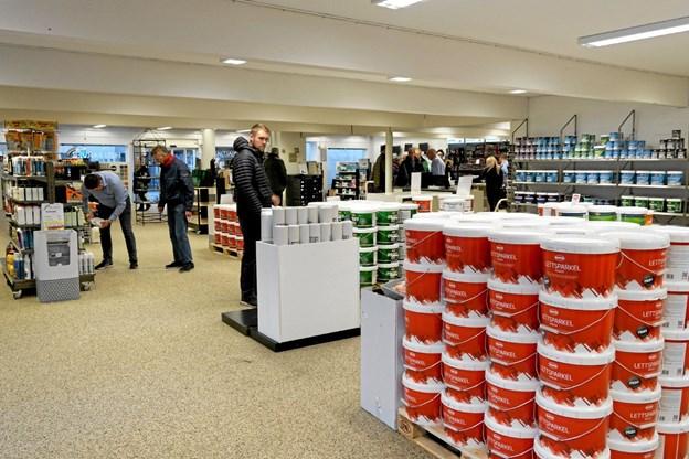 Høj's Farver er indrettet i et separat område i den store forretning. Her findes et righoldigt udvalg af kvalitetsmaling fra det norske firma Gjøco. Foto: Niels Helver Niels Helver