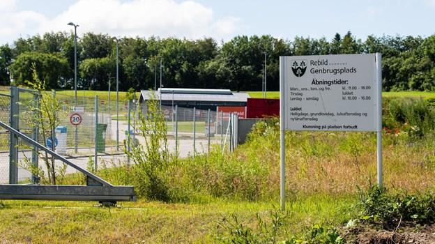Rebild Kommunes genbrugspladser - her genbrugspladsen i Støvring - skiller sig markant ud i Nordjylland, som de pladser, hvor åbningstiden er kortest. Det afføder nu kritik fra Dansk Byggeri i Nordjylland. Foto: Henrik Bo