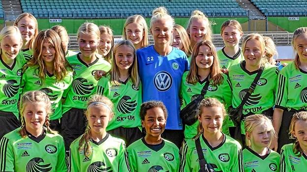 Pernille Harder tog imod den store flok af fodboldpiger fra FC Thy.Privatfoto: Bent Andersen