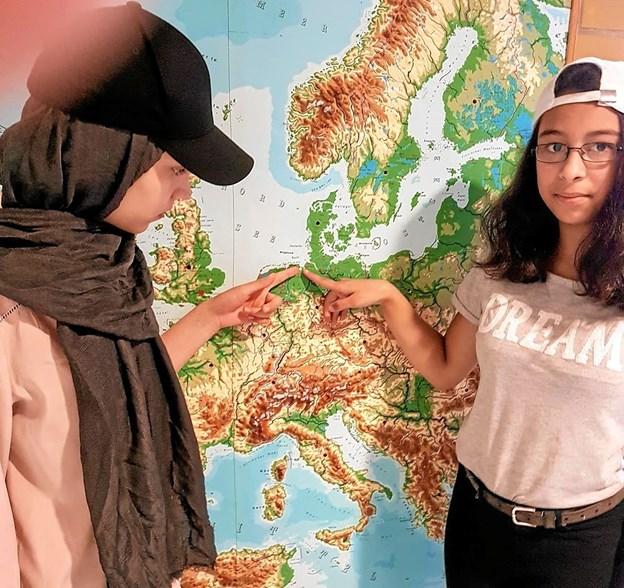 Mahnas og Emily viser, hvor Jade ligger i Tyskland. Foto: Karl Erik Hansen